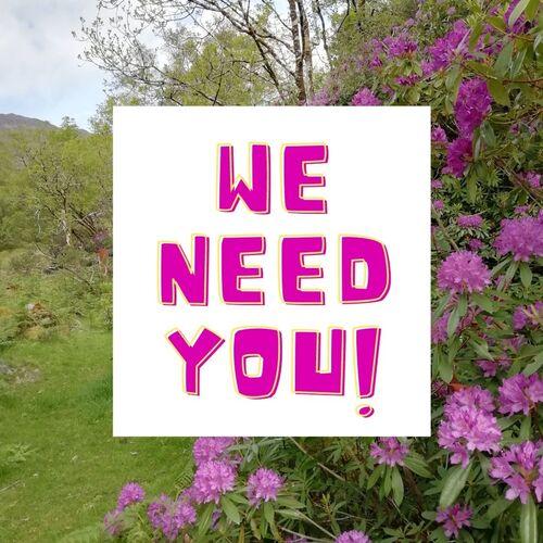 Mums reikia tavęs didelėmis raidėmis fono paveikslėlyje, kuriame pavaizduotas rododendras ponticum